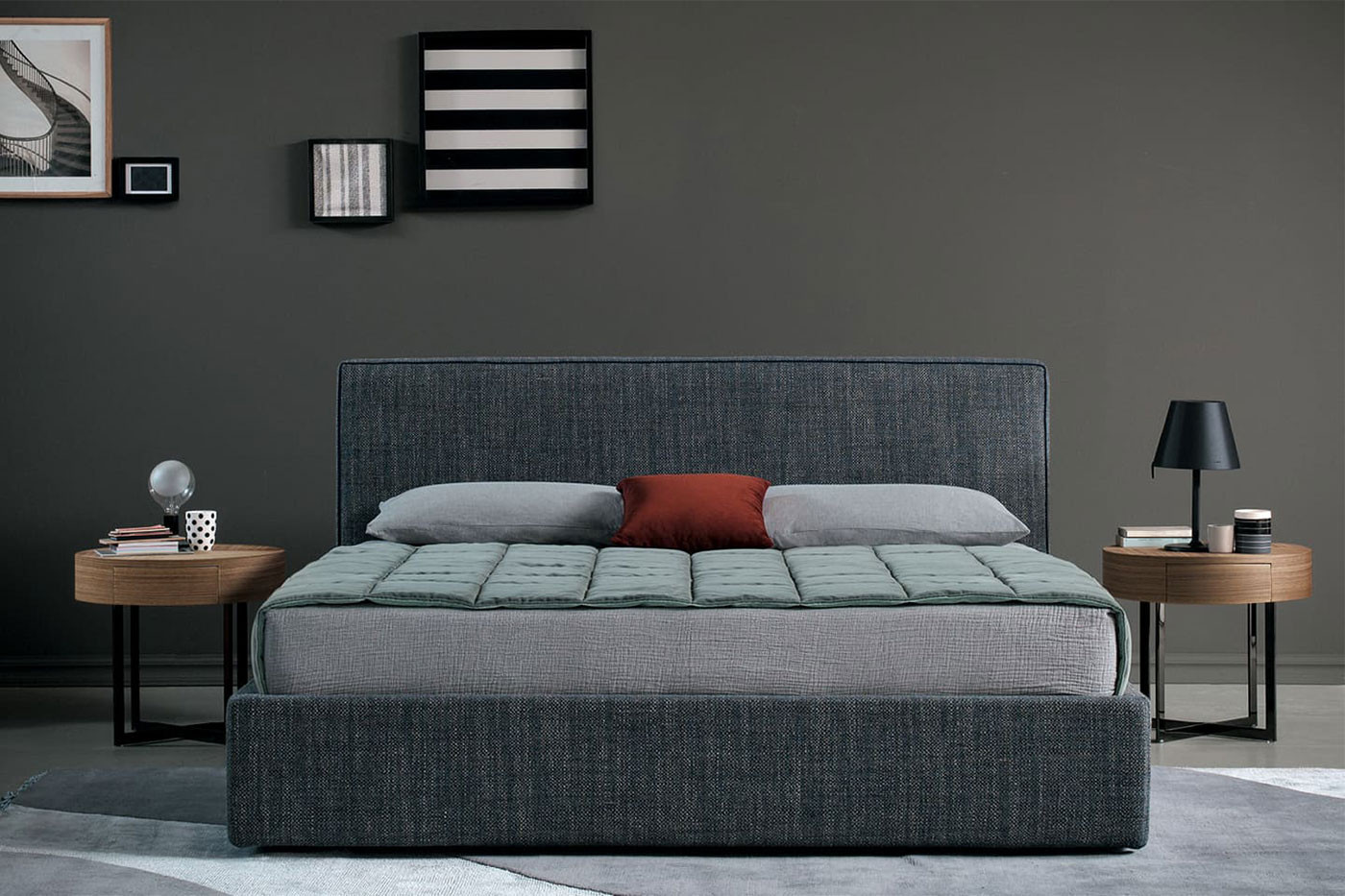 Upholstered bed with a squared headboard and padded frame in removable fabric, velvet or leather with piping