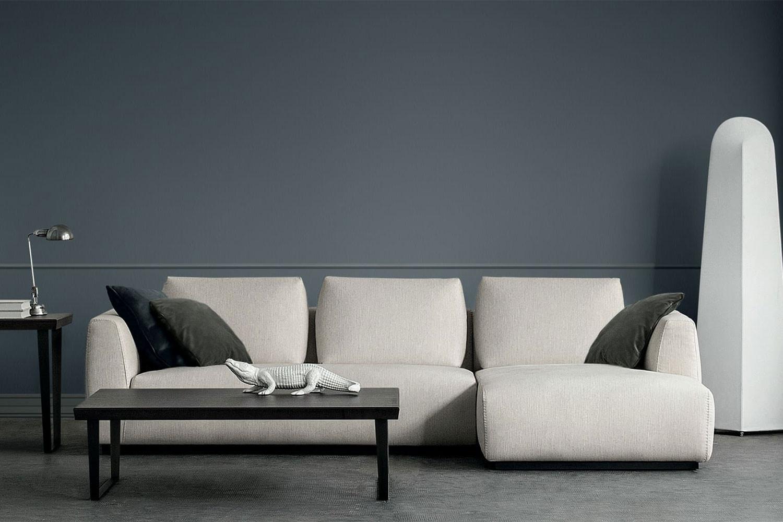 Anyway ist ein minimalistisches, nicht hohes Modulsofa mit modernem Design, das sich durch eine breite Sitzfläche mit einem einzigen Kissen und hohen Armlehnen auszeichnet