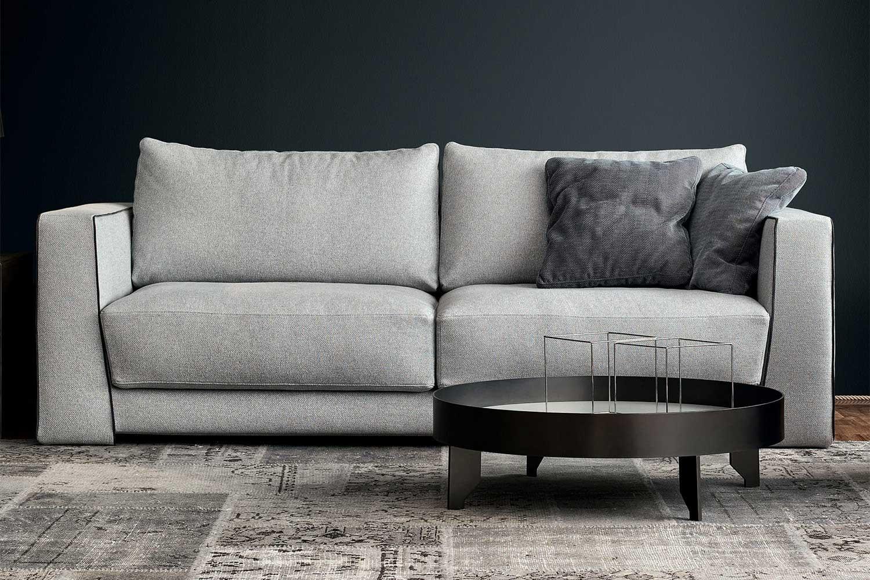 Sofa mit hohen Armlehnen, großen Sitzpolstern und Rückenlehne aus Daunen