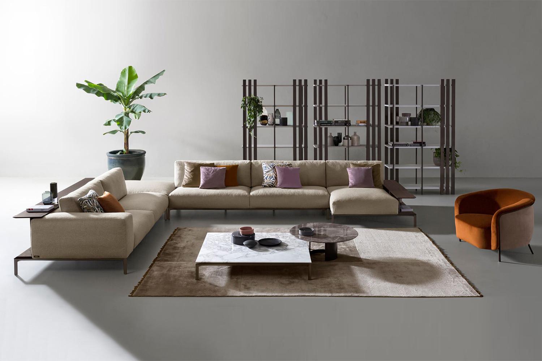 Modulares Sofa mit Bücherregal in der Rückenlehne und hohen Aluminiumfüßen