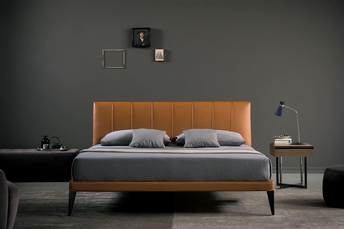 Modernes gepolstertes Doppelbett mit hohen Metallfüßen