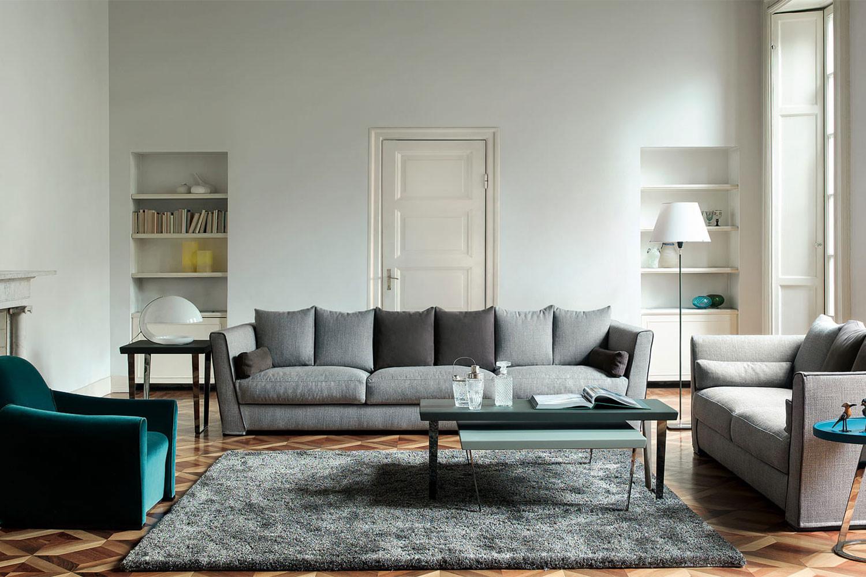 2-, 3- oder 4-Sitzer-Sofa mit Daunenkissen und hohen, schrägen Armlehnen