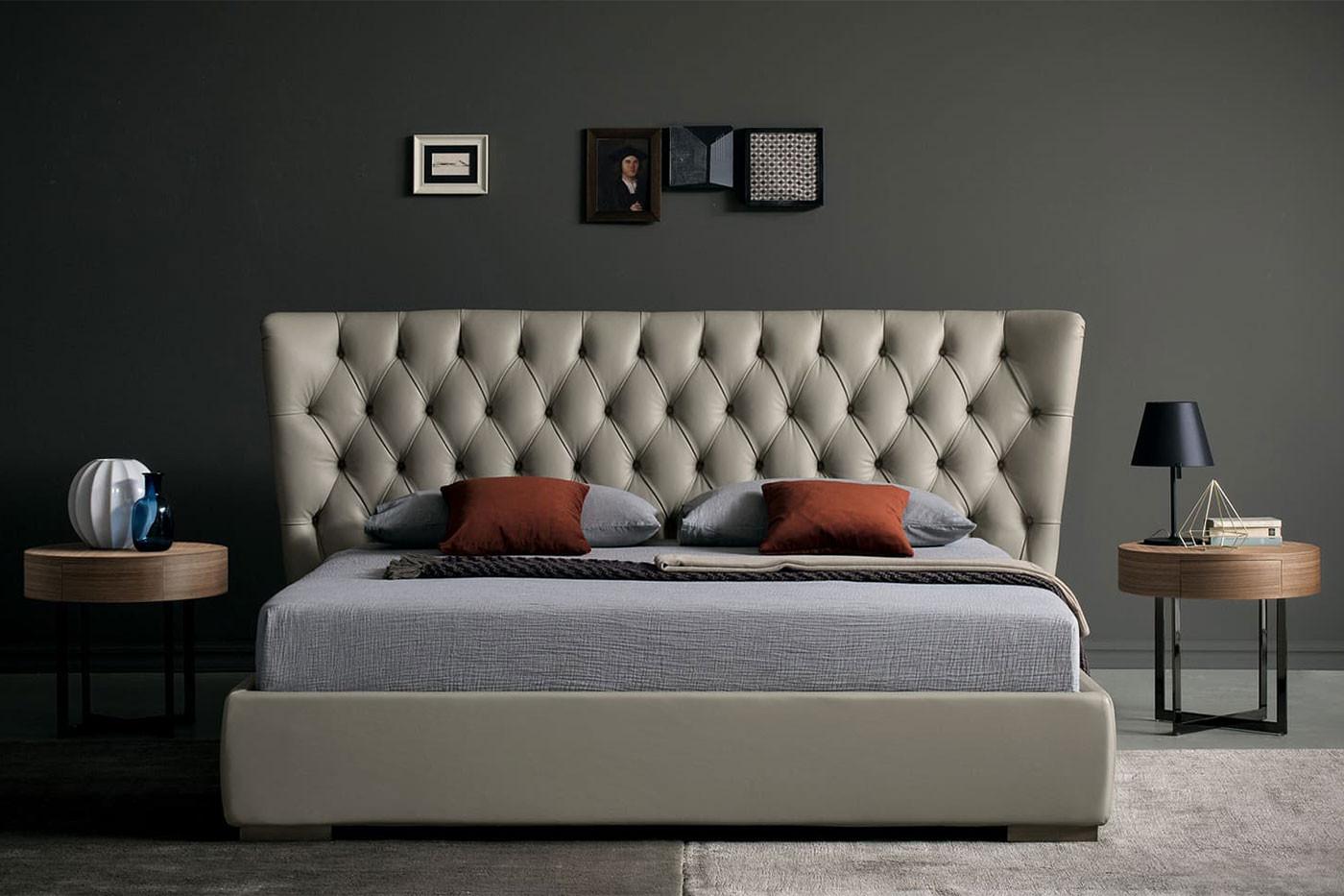 Elegantes Doppelbett mit hohem Capitonné-Kopfteil, in Leder, Samt oder Stoff