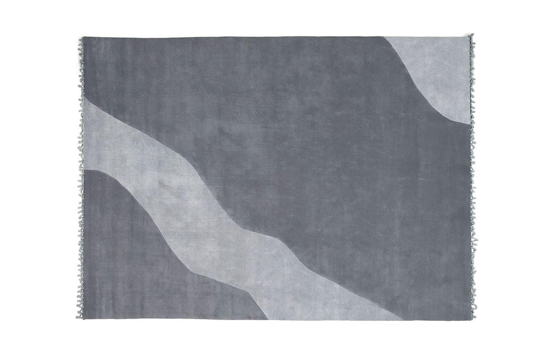 Kurzflor-Teppich aus Wolle und Viskose in Grau-, Beige- und Taubengrau-Farben, mit Wellenmuster